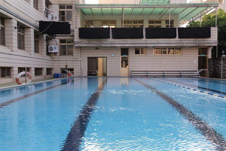《游泳池》悠游其中最宜夏
