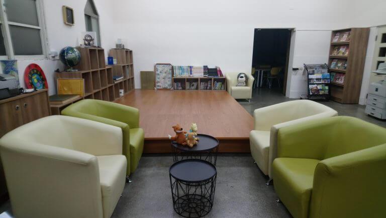 舒適的沙發區及木地板